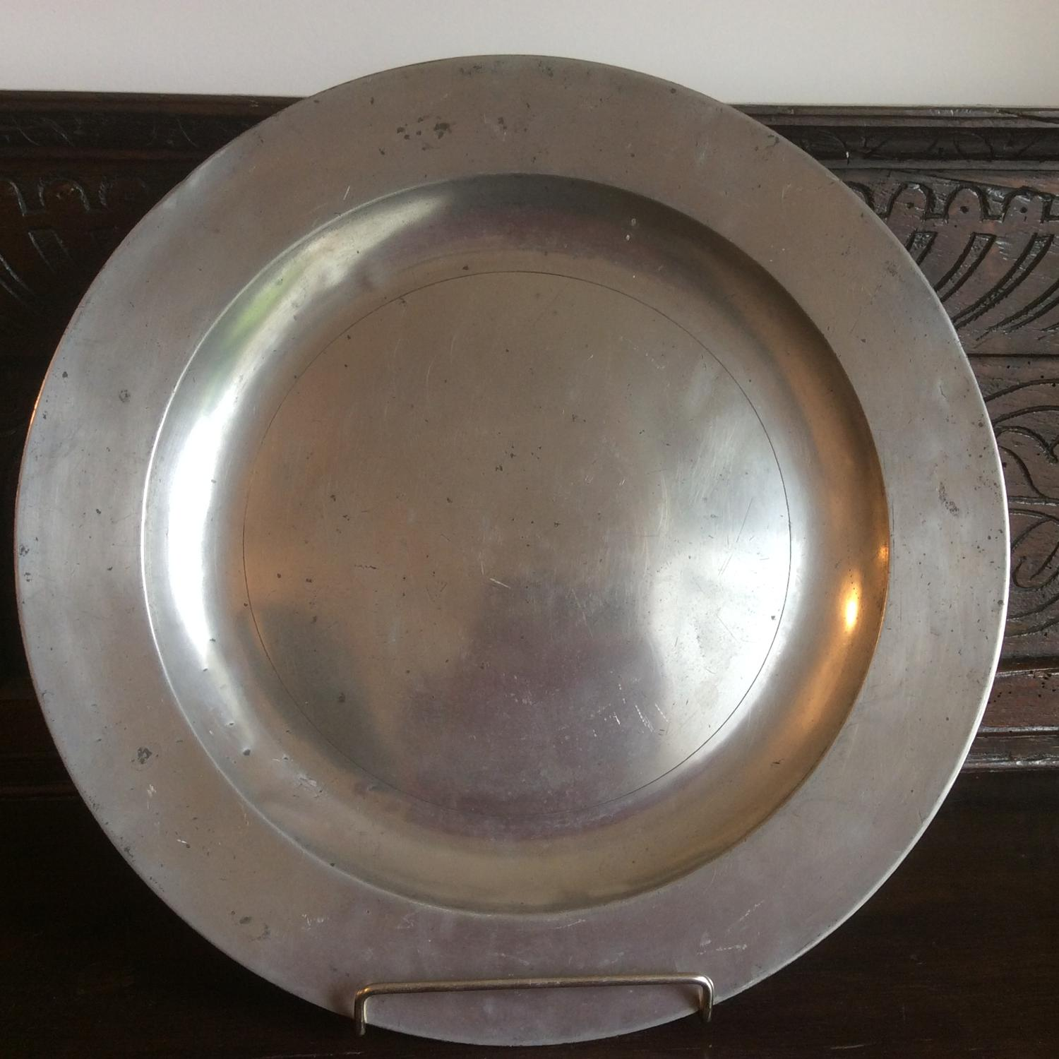 Broad rimmed 18th century pewter charger - Stynt Duncumb